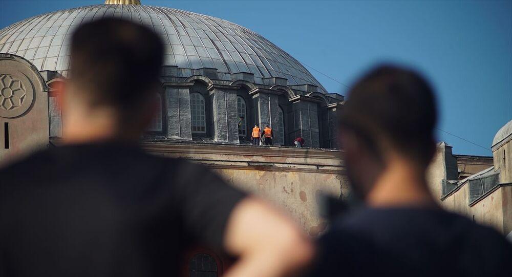 Danıştay kararı ve Cumhurbaşkanı Recep Tayyip Erdoğan'ın imzasıyla 24 Temmuz'da yeniden ibadete açılacak Ayasofya Camisi önünde bekleyen vatandaşların heyecanı sürerken, caminin kubbe kısmındaki çalışmalar kameralara yansıdı.