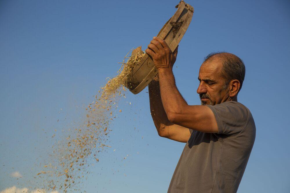 """Çiftçilerin her bakımdan şirketlere bağımlı hale geldiğini ifade eden Kanay, şunları söyledi: """"Her açıdan ilaç, tohum, gübre açısından çiftçiler şu an bağımlı hale geldi. Bu kriz döneminde mazot, gübre, tohum fiyatları arttığı için çiftçiler artık ekip ekmemekte kararsız kaldılar. Çünkü maliyetler yüksek, gelen ürün az. Her yanıyla şirketlere bağımlı hale geldiler, borç altına girdiler. İklim krizi de var. Bu iklim krizi 10 yılda bir ya da aşırı yağmurlarla kendini gösteriyor. Bu çiftçileri böyle vurursa çiftçiler borç altına girer, üretim yapamaz. Kimse kendi tohumunu almıyor, şirketlerden alıyor. Tohumu alınca ona uygun gübre almak zorunda, ona uygun böcek öldürücü ya da ot öldürücü ilaçlar da alması gerekiyor. Bu tarım ve hayvancılık politikası sürdürülebilir değil. Alternatif var ama bunun önünde kurumsal engeller var. Sadece küçük çabalar var. Sürdürebilir değil çünkü toprağı da öldürdüler. Toprak da kimyasal gübreye, ilaca alıştı. Kolay kolay eski tekniğe de dönemiyorlar. Şu an yokuş aşağı düşüyor, fren ne zaman patlar belli değil."""""""