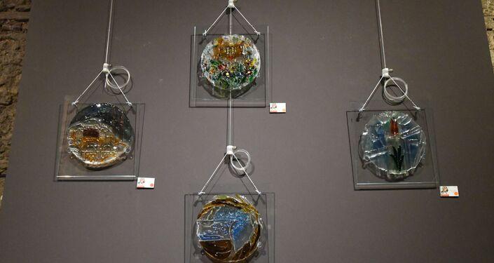 Rusya Federasyonu'na bağlı Tataristan Cumhuriyeti'nde yaşayan sanatçı Kamil Akmanov'un İstanbul temalı onlarca cam füzyon eseri İstanbul Galata'da sergileniyor.