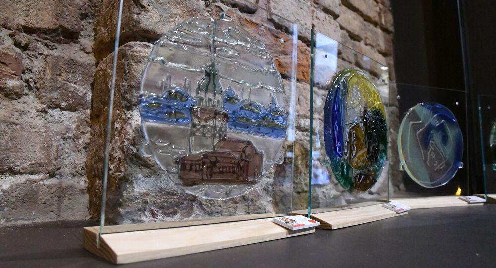 Kamil Akmanov'un 'Camdan Renkler' (Color Through Glass) sergisinden kareler