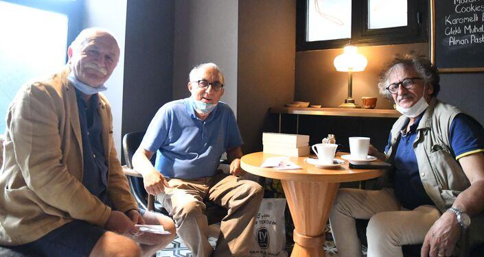 Sanatçı Kamil Akmanov'un sergisinin açılışına tiyatro sanatçısı Orhan Aydın, şair Ataol Behramoğlu ve ressam Bedri Baykam katıldı