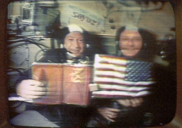 Leonov (solda) ve Stafford, uçuş sırasında düzenlenen ilk uzay basın toplantısında gazetecilerin sorularını yanıtlıyor.