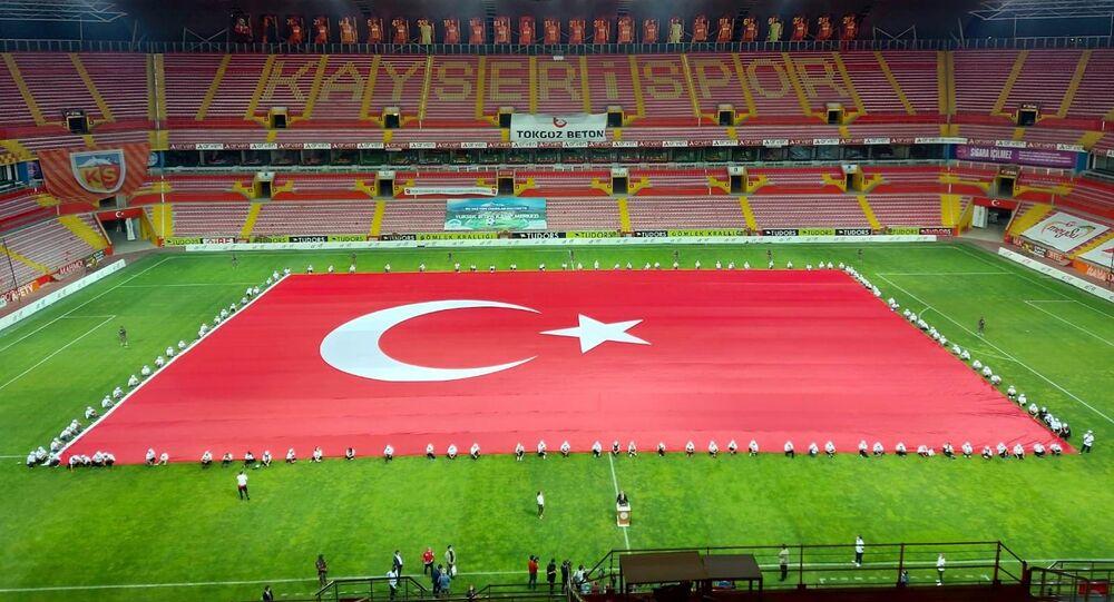15 Temmuz darbe girişiminin 4. yıl dönümü etkinlikleri kapsamında Erciyes Anadolu Holding tarafından yaptırılan 3 bin 38 metrekare ve 418 kilo ağırlığındaki Türk bayrağı açıldı.