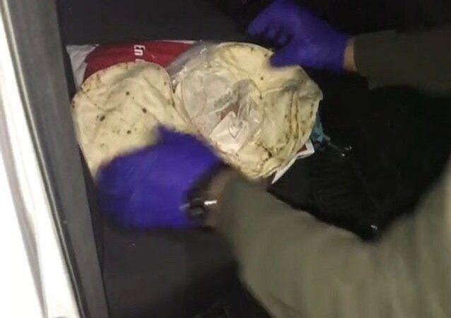 Bursa'nın İnegöl ilçesinde lavaş ekmek arasına sarılmış 500 gr satışa hazır plaka esrar maddesi ele geçirildi. Olayla ilgili 2 şahıs gözaltına alındı.