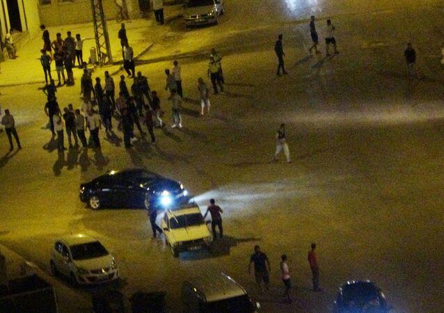 Adana'nın Kozan ilçesinde iki gencin kavgasına yakınları da katılınca mahalle savaş alanına döndü. Yaklaşık 60 kişinin birbirine girdiği kavgada yumruklar tekmeler havada uçuştu.