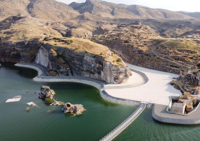 Batman'ın tarihi Hasankeyf ilçesi Ilısu Prof. Dr. Veysel Eroğlu Barajı'nın yapılması ile birlikte sular altında kaldı. Tarihi yapıların yeni Hasankeyf'e taşınmasının ardından bölgede tekne turları, kano ve su altı sporlarının yapılabilmesi için çalışma başlatıldı.