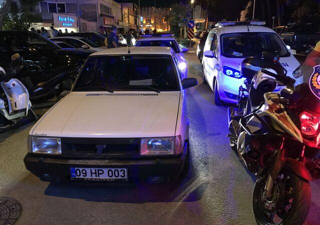 Aydın'ın Kuşadası ilçesinde polisin 'dur' ihtarına uymayan alkollü sürücü kovalamaca sırasında motorlu trafik polisine çarptı. Kazada yaralanan olmazken, sürücü ve yanında oturan arkadaşı gözaltına alındı.