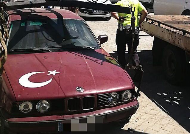 Edirne'nin Keşan ilçesinde, trafikten çekilerek hurdaya ayrılan otomobili sahte plaka takarak kullanan ehliyetsiz sürücü M.Ç.G.'ye, 11 bin TL ceza kesildi.