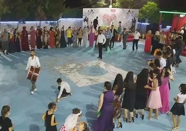 Sağlık Bakanı Fahrettin Koca'nın, koronavirüs vakalarının en çok görüldüğü iller arasında saydığı Diyarbakır'daki bir düğünde, çoğunluğu maskesiz yaklaşık 70 kişinin kol kola halay çektiği ortaya çıktı.