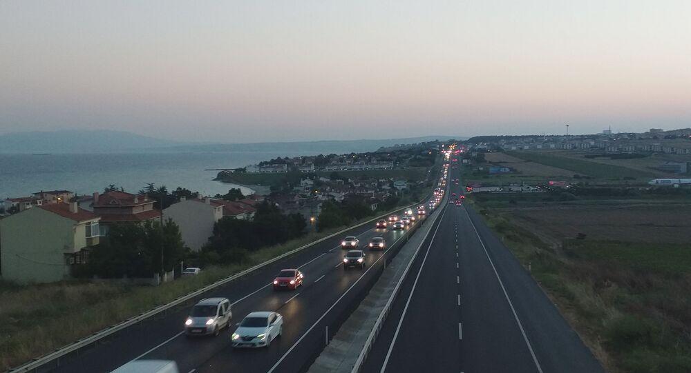 Tatilcilerin dönüş yoluna geçmesiyle birlikte Tekirdağ-İstanbul yolunda yoğunluk meydana geldi.