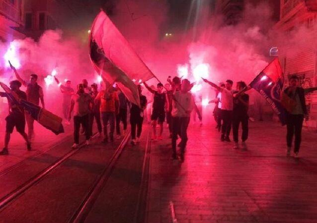 1453 Başakşehir Taraftar Grubu şampiyonluğu Taksim'de kutladı