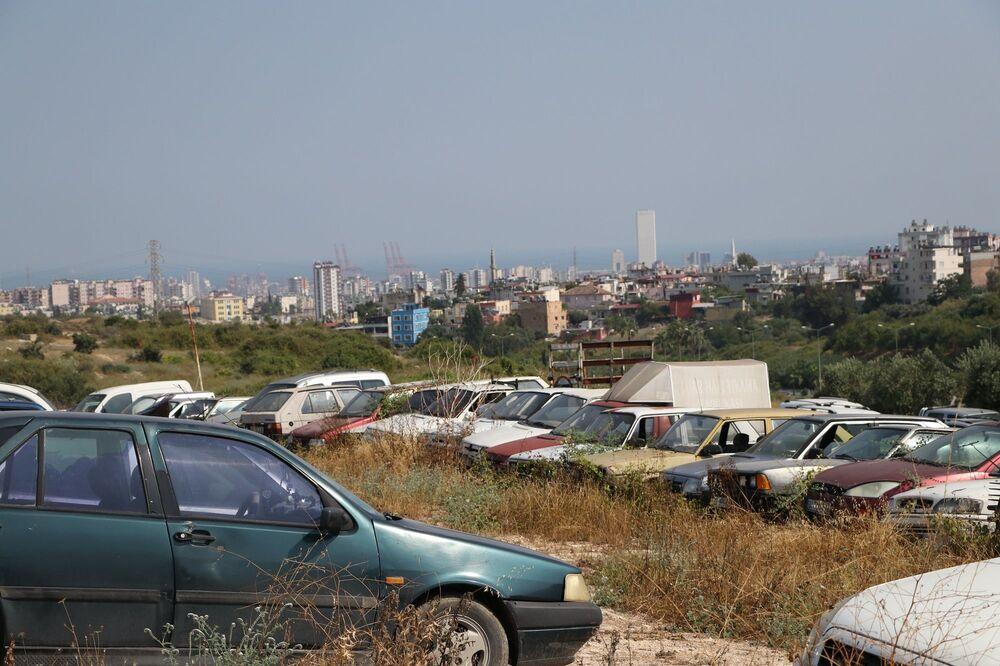 Mersin'de trafik, asayiş olayları ve haciz yoluyla devlet tarafından el konulan araçlar yediemin depolarına çekiliyor. Depolara çekilen araçlar kanuni işlemleri sonrası sahipleri tarafından teslim alınması gerekirken, birçok araç alınmayarak çürümeye terk ediliyor. Mersin'de bulunan 6 yediemin deposundan biri olan Ata Otopark ve Yediemin Deposu'nda da bine yakın araç ile 5 binin üzerinde motosiklet sahipleri tarafından alınmayı bekliyor.