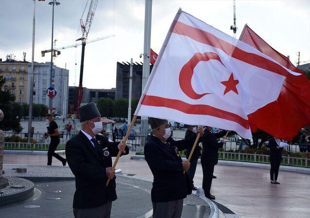 Kıbrıs Barış Harekatı'nın 46'ncı yıl dönümü dolayısıyla Kuzey Kıbrıs Türk Cumhuriyeti İstanbul Başkonsolosluğu tarafında Taksim Cumhuriyet Anıtı'na çelenk bırakıldı. Törene Kıbrıs gazileri de katıldı.