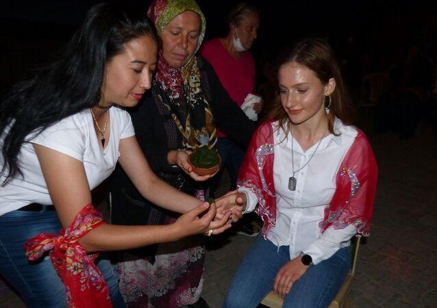 Bilecik'te yaşayan Mehmet Ali Keskin, üniversiteyi kazanan kızı Hilal Keskin için farklı bir organizasyon gerçekleştirdi.