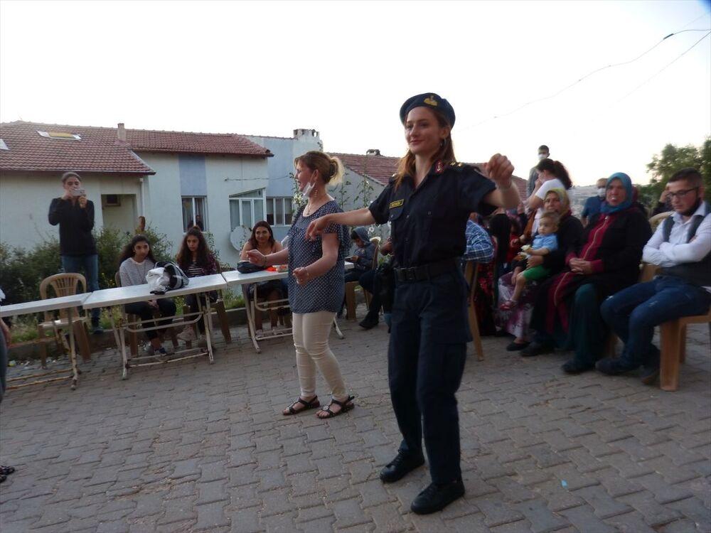 Pilav ve ayran ikram edilen davetliler, kına gecesinde müzik eşliğinde eğlendi.