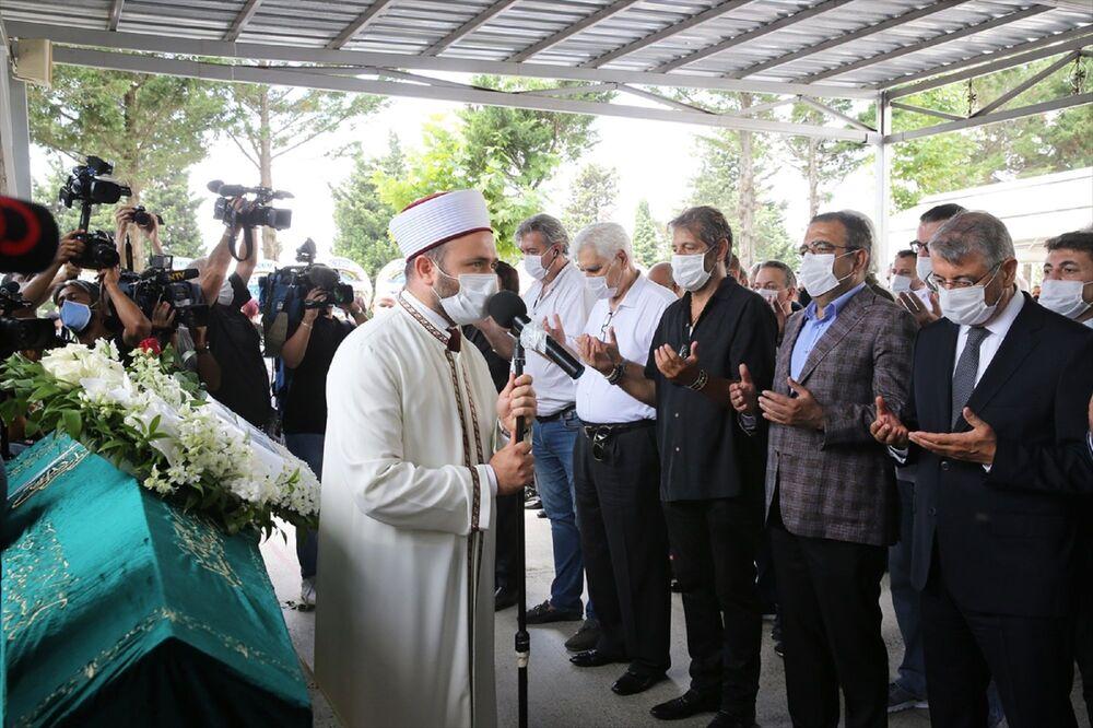 Cenaze namazına CHP İstanbul Milletvekili Mustafa Sezgin Tanrıkulu (sağ 2), caz sanatçısı Bora Gencer de (sağ 3) katıldı.