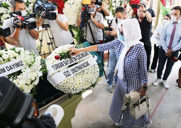 Cenaze törenine katılan şarkıcı Gülben Ergen, Dursunoğlu'nun tabutuna gül bıraktı.