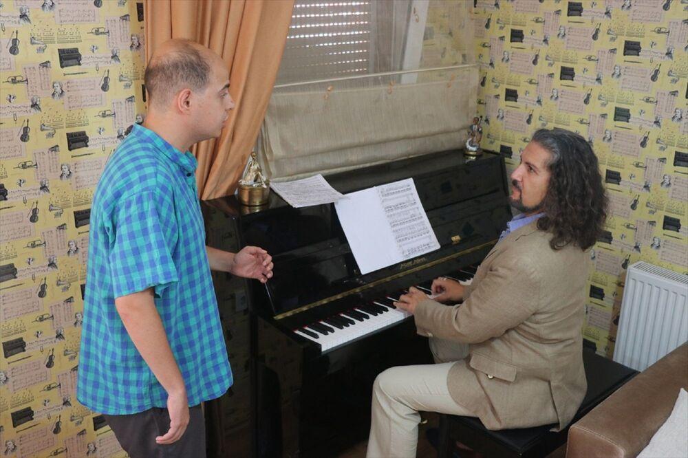Altıncıoğlu, AA muhabirine yaptığı açıklamada, küçük yaşlardan bu yana müzikle ilgilenmeyi sevdiğini belirtti.