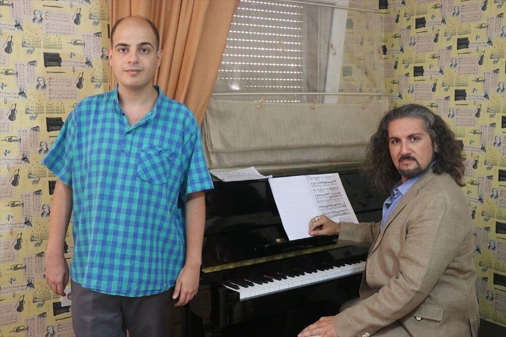 Recep Ege Altıncıoğlu, Kemalpaşa Ümran Baradan Güzel Sanatlar Lisesinin ardından, yüzde 50 bursla kazandığı Yaşar Üniversitesi Opera ve Şan Bölümü'nü başarıyla tamamladı.