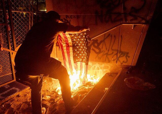 ABD'nin Portland kentinde protestocular mahkeme binasını ateşe verdi