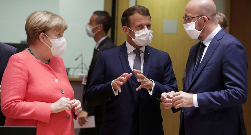 Almanya Başbakanı Angela Merkel, Fransa Cumhurbaşkanı Emmanuel Macron ve Avrupa Konseyi Başkanı Charles Michel, 17 Temmuz 2020'de Brüksel'deki zirvede