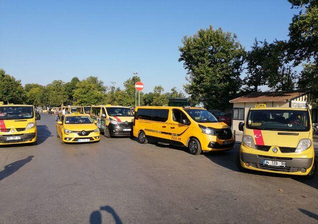 Taleplerinin gündeme gelmemesine tepki gösteren taksi dolmuşçuları, araçlarını İBB binası önüne bıraktı