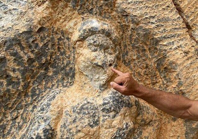 Bursa´nın İznik ilçesindeki Herkül kaya kabartması, çirkin saldırı sonucu zarar gördü.