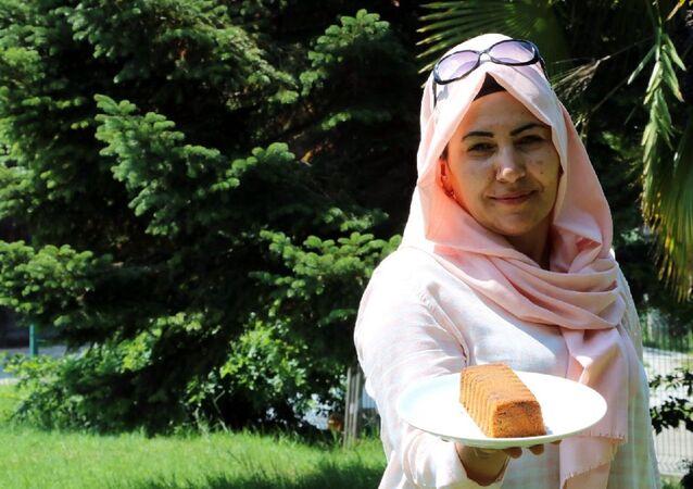 Zonguldak'ın Çaycuma ilçesinde, tekstil işçisi Sevim Akkoç (45), 13 yıldır çalıştığı fabrikada, evde yaptığı keki, çay molasına 5 dakika kala mesai arkadaşlarına ikram ettiği gerekçesiyle tazminatsız olarak işten çıkartıldı.