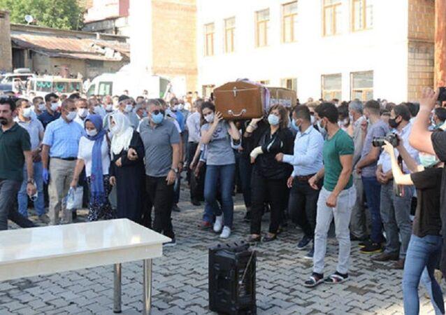 Pınar Gültekin'in tabutunu kadınlar taşıdı