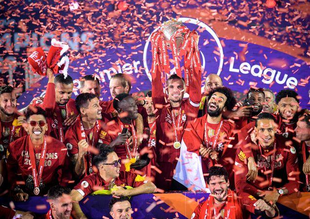 İngiltere Premier Lig'de 30 yıl sonra şampiyonluğa ulaşan Liverpool, Chelsea'yi 5-3 mağlup ettiği maçın ardından kupasını aldı.
