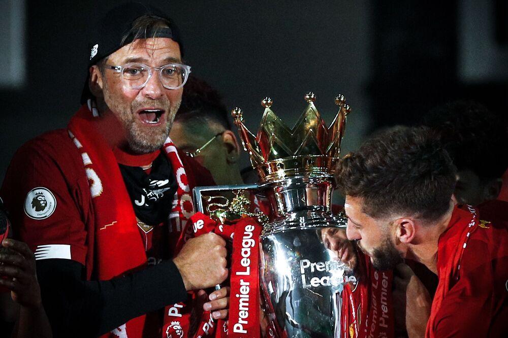 Anfield'da oynanan maçtan sonra kaptan Jordan Henderson kupayı kaldırırken, Liverpool puanını 96'ya çıkarttı.