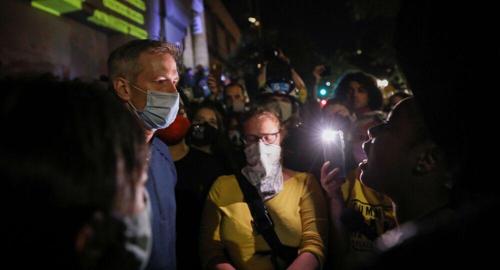 ABD'nin Oregon eyaletinin Portland kentinde Demokrat Partili Belediye Başkanı Ted Wheeler protestocularla konuşurken