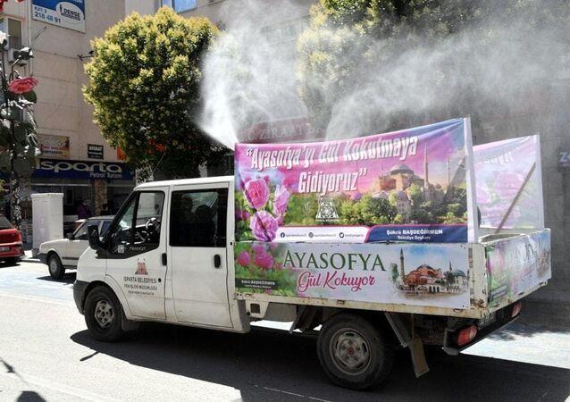 Isparta'dan 86 yıl sonra ibadete açılacak Ayasofya Camisi'ne serpilmek üzere 21 ton gül suyunun yola çıktığı bildirildi.