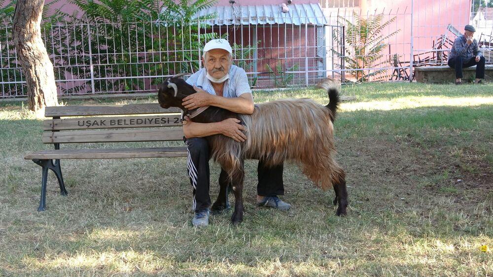"""Uşak'ta Ünalan Mahallesi'nde yaşayan Yılmaz Uluğ, geçtiğimiz sene doktora gitti. Doktorun kimsesiz yaşan Uludağ, Senin bir arkadaş, dost bulman lazım"""" tavsiyesi üzerine önce bir köpek sahiplendi."""