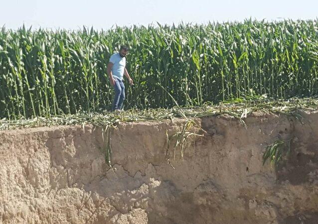 Konya'nın Karapınar ilçesinde, mısır ekili tarlada 25 metre çapında, 30 metre derinliğinde yeni obruk oluştu.