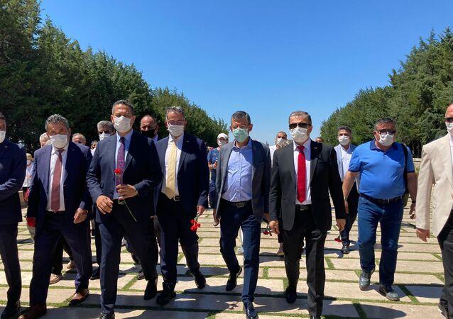 CHP'li Özgür Özel, Lozan'ın yıldönümünde Anıtkabir'e girmek isteyen sivil toplum kuruluşlarına desteğe geldi