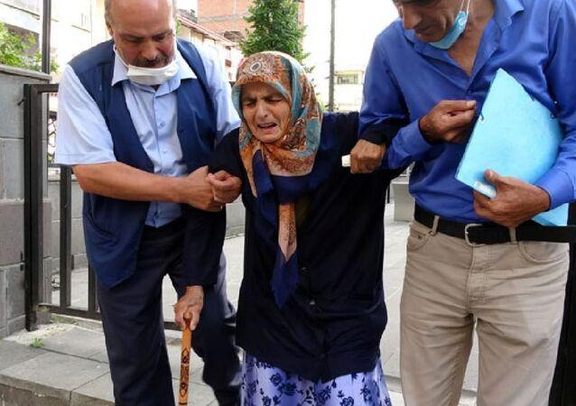 87 yaşındaki annesini dövüp sokağa attı