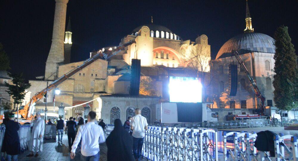 Ayasofya Camii'nde ziyaretçi yoğunluğu gece de devam ediyor