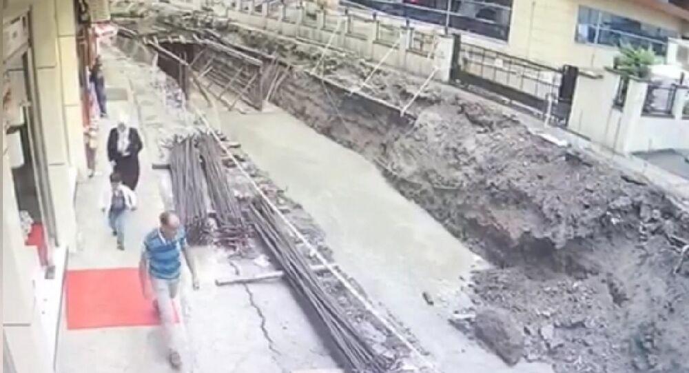 Rize'de yolun çökme anı kamerada