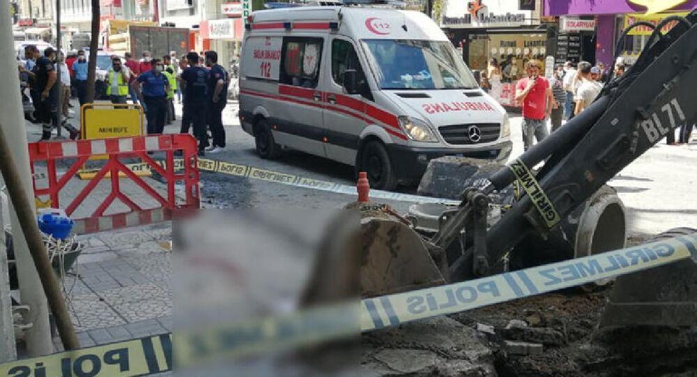 İstasnbul Bakırköy'de çalışma yapan işçinin üzerine arızalanan iş makinesinin kepçesi düştü. Feci kazada üzerine kepçe düşen işçi olay yerinde hayatını kaybetti.