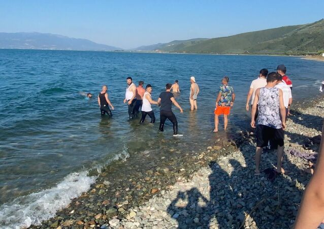 İznik Gölü'nde boğulma tehlikesi geçiren iki çocuğunu kurtarmak isterken kaybolan babanın cesedine ulaşıldı.