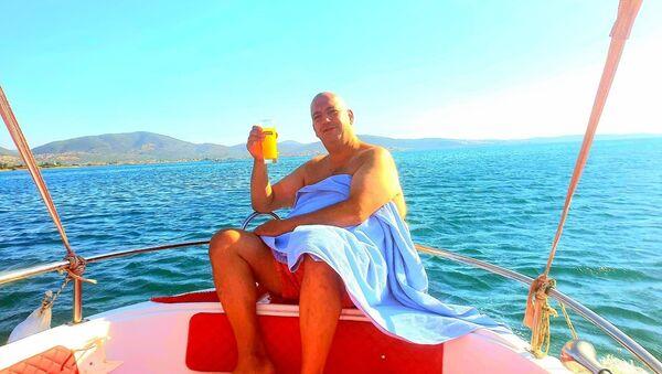 Balıkesir'in Edremit ilçesinde teknelerinin batması sonucu ölüm kalım savaşı veren ve 3 saatlik yüzme sonrası karaya ulaşan sporcu Yalçın Erciyes'in hem kendi hem de arkadaşının hayatını kurtarırken, bir kişi yaşamını yitirdi. - Sputnik Türkiye