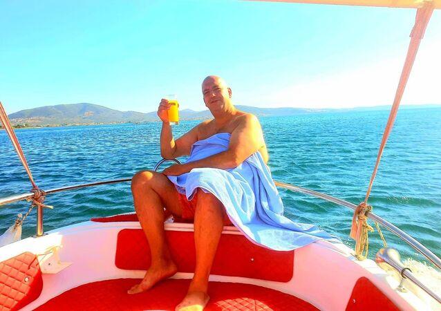 Balıkesir'in Edremit ilçesinde teknelerinin batması sonucu ölüm kalım savaşı veren ve 3 saatlik yüzme sonrası karaya ulaşan sporcu Yalçın Erciyes'in hem kendi hem de arkadaşının hayatını kurtarırken, bir kişi yaşamını yitirdi.