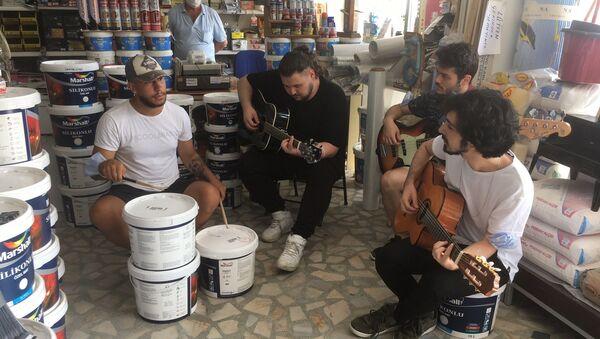 'Grup Nalbur': Prova yapacak yer bulamayınca nalburda çalmaya başladılar - Sputnik Türkiye