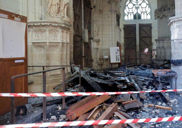 Fransa'nın Nantes şehrindeki Saint-Pierre-et-Saint-Paul Katedrali'nde çıkarılan yangın, orgları ve vitrayları mahvetti.