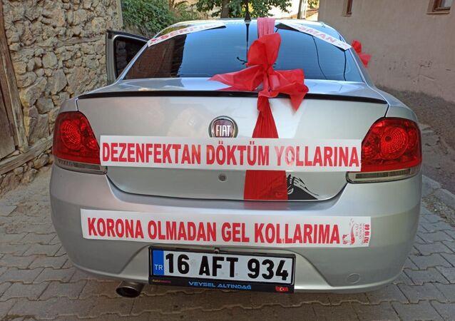 Bursa'da gelin arabasına 'Dezenfektan döktüm yollarına korona olmadan gel kollarıma' yazıldı.