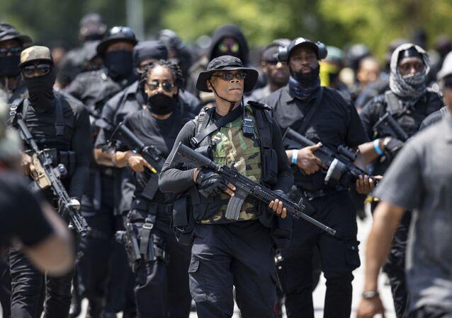 ABD'nin Kentucky eyaletinin Louisville şehrinde siyah bir milis grubun üyeleri, Mart ayında evine giren polisler tarafından öldürülen 'Breonna Taylor için adalet' istedi.