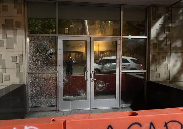 ABD'nin Oakland kentindeki ırkçılık karşıtı protestolarda göstericiler mahkeme binasını ateşe verdi.