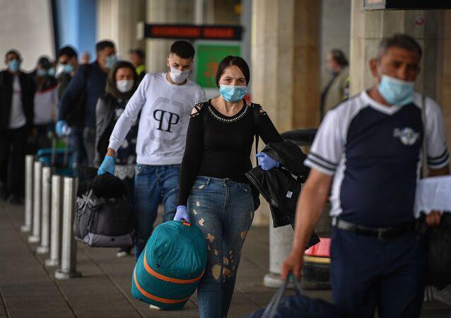Romanya - Bükreş - havalimanı - maske - koronavirüs