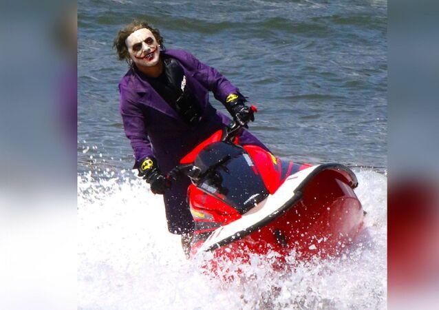 En ünlü kötü karakterlerden biri ve Batman'in baş düşmanı Joker'in kılığına girip New York'ta sörf yapması viral olurken farklı yorumlar geldi.